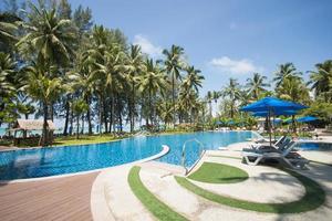 linda piscina com vista para o mar foto