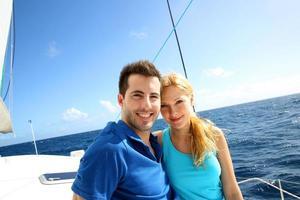 casal apaixonado em um passeio de barco em um dia ensolarado