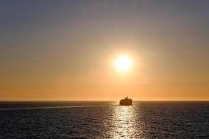navio de cruzeiro ao pôr do sol