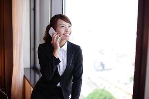 jovem mulher de negócios falando telefone inteligente foto