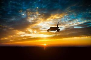 avião no céu ao pôr do sol