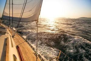 iates de luxo. iate navegando em direção ao pôr do sol.