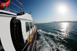 viagem de barco em alto mar