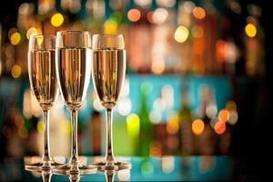 taças de champanhe no balcão do bar foto