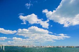 barcos a vela em um lindo dia na marina foto