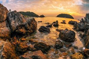 praia tropical ao pôr do sol.