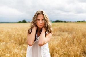 jovem linda em um campo de trigo