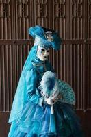 a senhora azul com fantasia carnavalesca foto