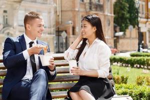 homem e mulher durante a pausa para o almoço no parque foto