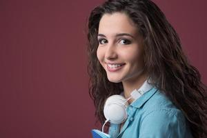 adolescente sorridente com fones de ouvido foto