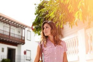 Mulher bonita olhando para longe enquanto caminha foto