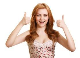 retrato de garota atraente mostrando sinal de positivo foto