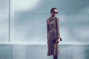 conceito de moda de rua - mulher muito elegante em vestido de leopardo foto
