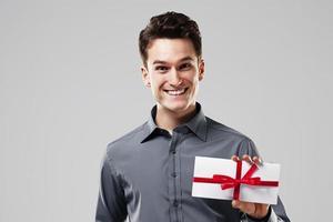 homem feliz segurando um cartão branco foto