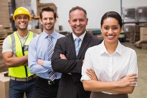 equipe do armazém sorrindo para a câmera