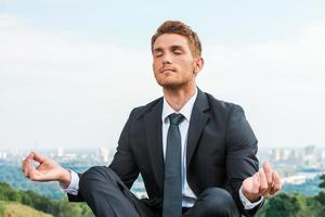 empresário meditando. foto