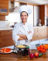 chef mulher retrato na cozinha foto