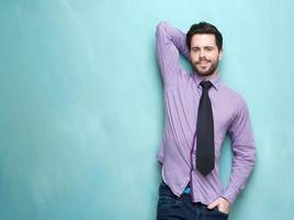 belo jovem empresário com gravata foto