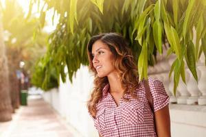 mulher caucasiana contemplando enquanto olha para longe foto