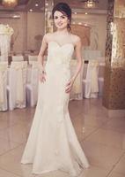 concurso jovem morena noiva posando no restaurante. foto