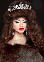 linda mulher morena com casaco de pele de vison. joalheria. moda