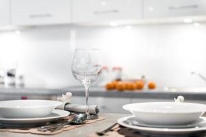 cozinha moderna com vidros e pratos