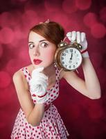 mulheres linda ruiva com relógio. foto