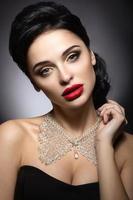 mulher bonita com maquiagem de noite, lábios vermelhos e penteado de noite.