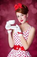 mulheres linda ruiva com uma xícara de chá.