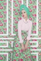 senhora elegante em fundo floral