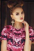 linda garota em vestido rosa com fundo grunge folhas