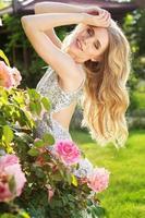 menina da beleza da moda com flores rosas foto