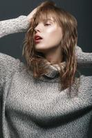 retrato de uma jovem no estúdio de suéter foto