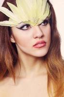 retrato de uma bela jovem de cabelos castanhos foto