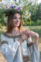 jovem mulher bonita com coroa de flores foto