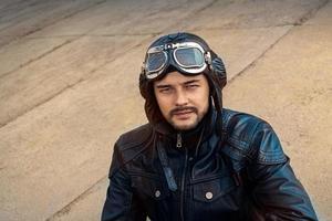 retrato de piloto retrô com óculos e capacete vintage foto