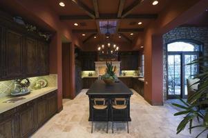 madeira escura e teto com vigas em cozinha espaçosa