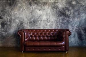 sofá de couro marrom no interior do loft urbano