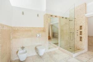 banheiro de telhas de pedra