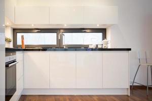 armários de cozinha brancos