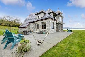 incrível casa de pedra com vista para o pátio foto