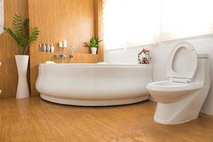 interior moderno do banheiro da casa foto