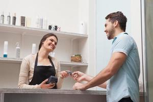cabeleireiro usando cartão de crédito