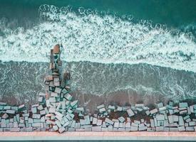 fotografia aérea de tijolos de pedra à beira-mar foto