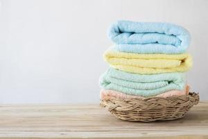 pilha de toalhas na cesta de vime foto