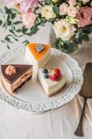 três fatias de bolos foto