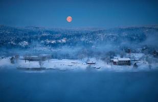 campo nevado durante a noite foto