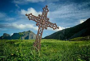 cruz de metal marrom inclinada foto