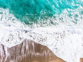 vista aérea de um oceano azul