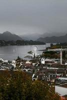 vista panorâmica da pequena cidade costeira foto